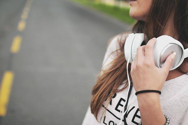 girl-headphones